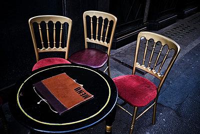 UK, London, West End, empty outdoor cafe - p300m2103467 by Michael Reusse (alt)