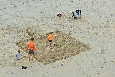 Am Strand - p829m716117 von Régis Domergue