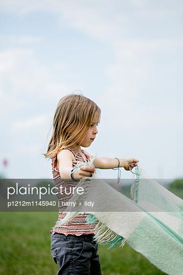 Mädchen mit Picknickdecke - p1212m1145940 von harry + lidy