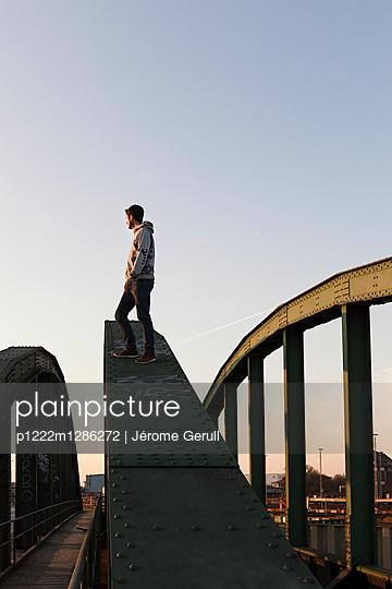 Mann auf einer Brücke - p1222m1286272 von Jérome Gerull