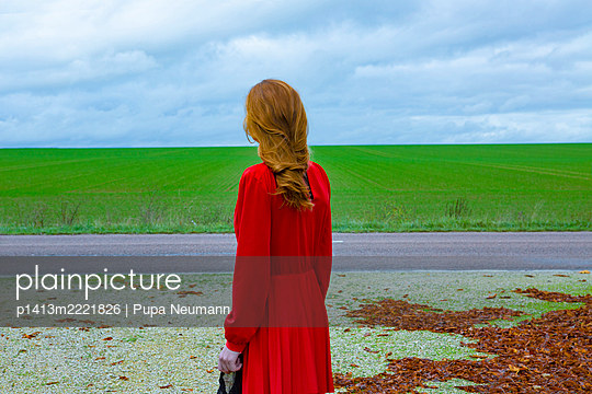 Woman in red dress on a street - p1413m2221826 by Pupa Neumann
