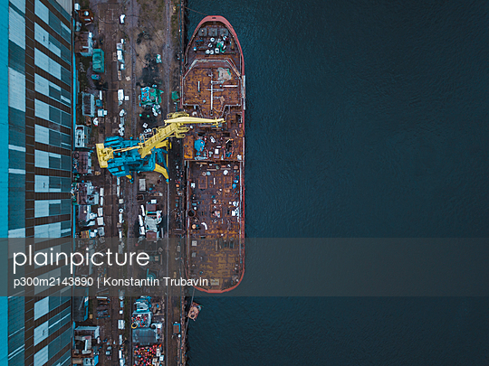 Aerial view of ship in Neva river at Shlisselburg, Russia - p300m2143890 by Konstantin Trubavin
