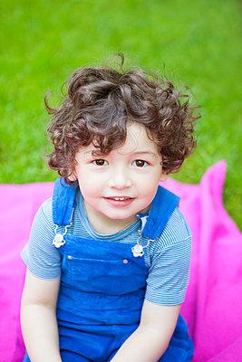 gemütlich im Garten sitzen - p045m1440049 von Jasmin Sander
