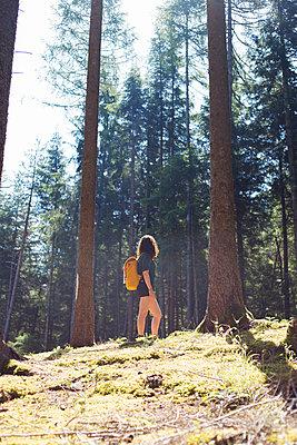 Junge Frau in der Natur - p1396m1446113 von Hartmann + Beese