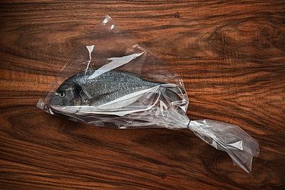 In eine Tüte eingepackte Dorade - p2200844 von Kai Jabs