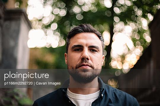 Portrait of serious confident man in city - p1166m2292720 by Cavan Images