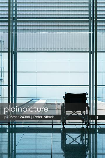 Rollstuhl am Flughafen - p728m1124399 von Peter Nitsch