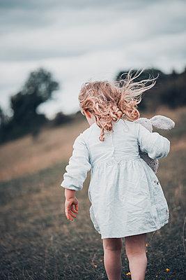 Little girl walking away  - p1628m2196218 by Lorraine Fitch