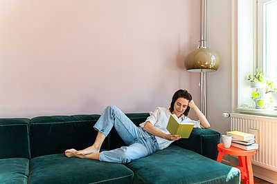 Frau liest enspannt ein Buch - p432m2175453 von mia takahara