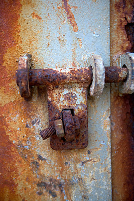 A rusty lock close-up - p5752431f by Henrik Trygg