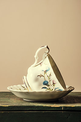 Vintage teacup on a saucer  - p794m1109889 by Mohamad Itani