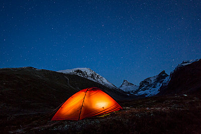 Camping at night in mountain scenery - p816m1032289 by Haagensen, Espen