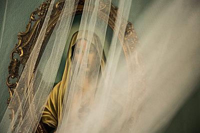 Madonna hinter der Gardine - p858m1216943 von Lucja Romanowska