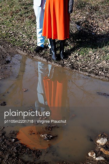 Young couple in front of a puddle - p1105m2231718 by Virginie Plauchut