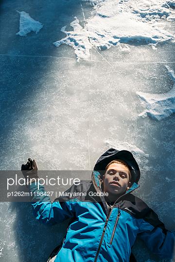 Junge auf dem Eis - p1262m1198427 von Maryanne Gobble