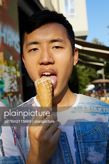 Eating ice cream - p276m2115669 by plainpicture