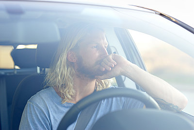 Man in car, portrait - p1124m1510655 by Willing-Holtz