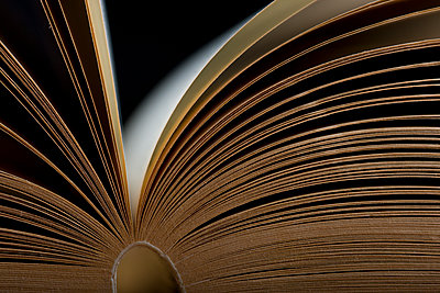 Open book seen from the side - p1687m2284329 by Katja Kircher