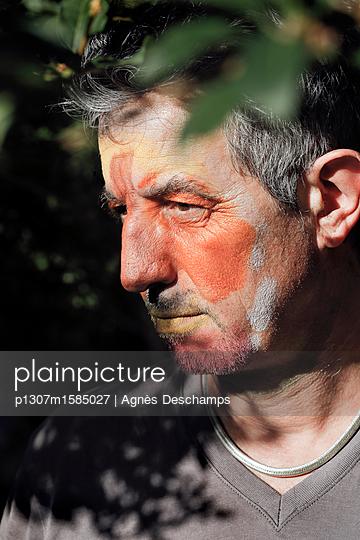 Mann mit bemaltem Gesicht - p1307m1585027 von Agnès Deschamps