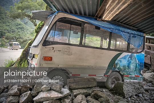 verlassener Miniatur Bus mit Abdruck von Machu Picchu, Aguas Calientes, Peru, Süd Amerika, 7 Neue Weltwunder - p1316m1160911 von Günther Bayerl
