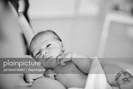Mother holding newborn baby - p312m2190957 by Dayfotografi