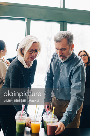 Entrepreneurs having drinks in conference - p426m1588585 by Maskot