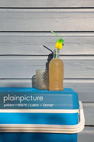 Coolish drink - p454m1195976 by Lubitz + Dorner
