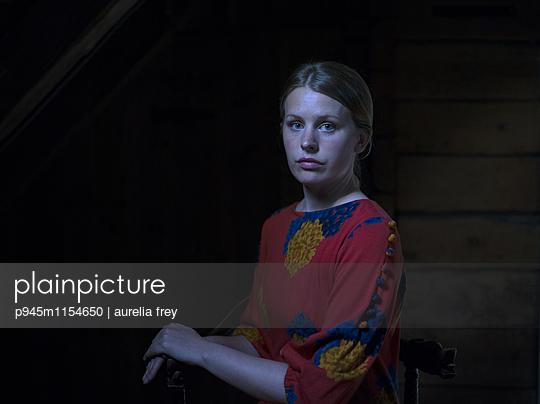 Junge Frau, Porträt - p945m1154650 von aurelia frey