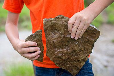 Junge mit einem zerbrochenen Stein - p1169m2108488 von Tytia Habing