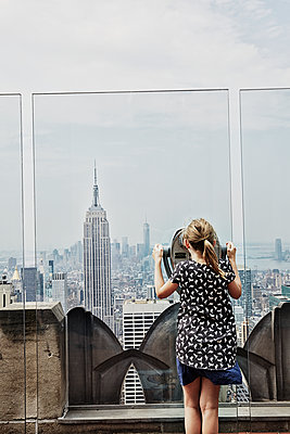 Girl looking at skyscrapers - p312m1229137 by Anna Kern