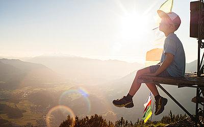 Boy enjoying view on peak, Bludenz, Vorarlberg, Austria - p429m2153051 by ©JFCreatives