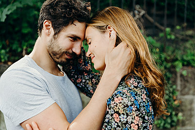 Verliebtes Paar schaut sich in die Augen - p432m2093213 von mia takahara