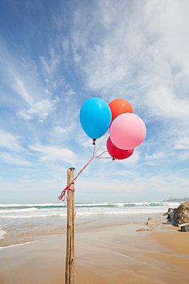 Luftballons am Holzpfahl - p464m1574007 von Elektrons 08