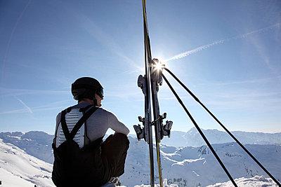 Skifahrer auf einem Berggipfel in Hochfügen, Zillertal, Tirol, Österreich - p473m670407f by STOCK4B-RF