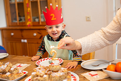 Birthday child with crown - p606m2178651 by Iris Friedrich