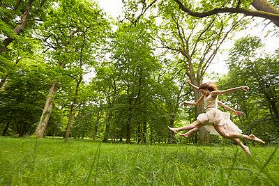 Ballett auf der Wiese - p888m956284 von Johannes Caspersen