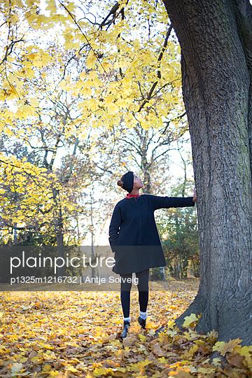 Junge Frau im herbstlichen Park - p1325m1216732 von Antje Solveig