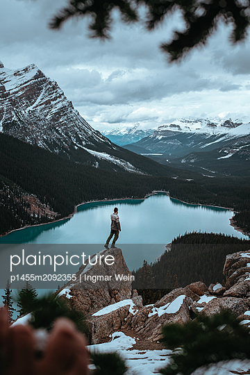 Young man enjoys the view towards Peyto Lake in Canada - p1455m2092355 by Ingmar Wein