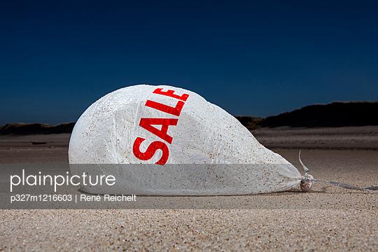 Schlaffer Werbeballon auf dem Strand - p327m1216603 von René Reichelt