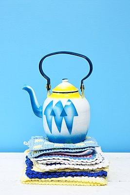 Teekanne und Topflappen - p237m1162766 von Thordis Rüggeberg