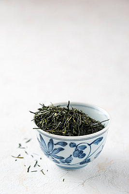 Green tea in tea bowl, Gyokuro Shibushi - p300m1081415f by Mandy Reschke