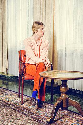 Blonde Frau am Fenster - p904m1133665 von Stefanie Päffgen