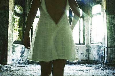 Frau in einem weissen Kleid - p9792849 von Zickert