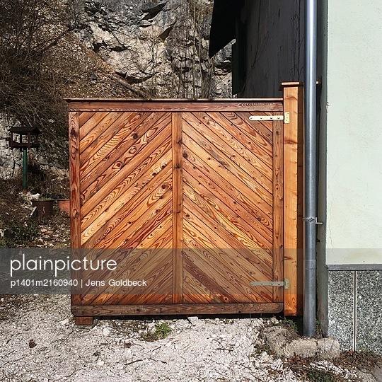 Wooden gate, Gutenstein, Österreich - p1401m2160940 by Jens Goldbeck