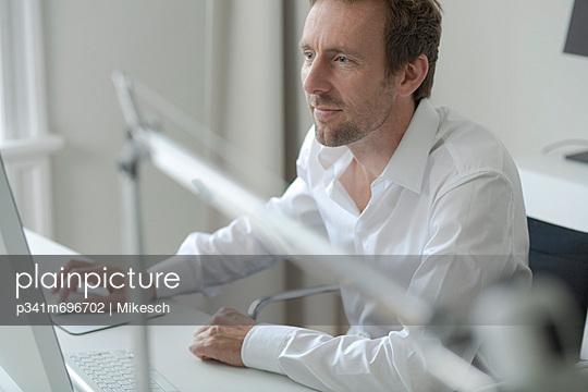 Büroarbeit - p341m696702 von Mikesch