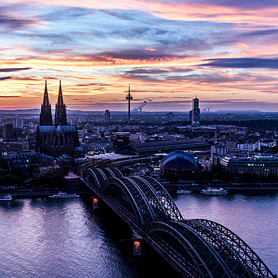 Cologne in the evening light - p401m1207771 by Frank Baquet