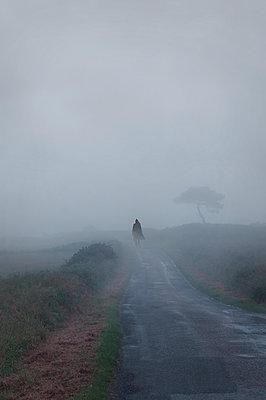 Spaziergang im Nebel - p470m2082294 von Ingrid Michel