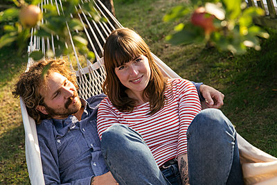 Couple in hammock - p788m2031180 by Lisa Krechting