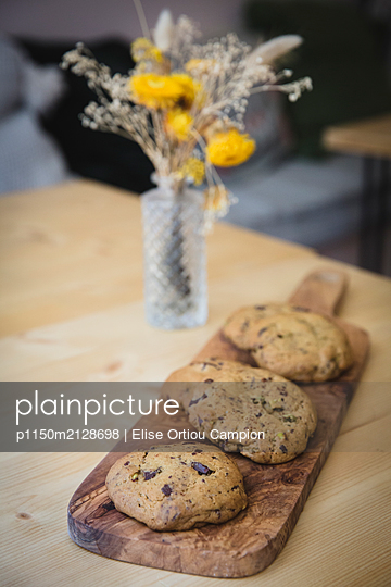 Cookies on cutting board - p1150m2128698 by Elise Ortiou Campion