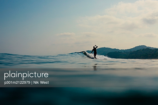 Surfer riding ocean wave, Sayulita, Nayarit, Mexico - p301m2122979 by Nik West
